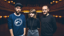 Chvrches – Regardez le clip « Under The Tide »