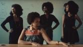Meklit fait l'éloge de la coupe Afro dans le clip de «Kemekem»