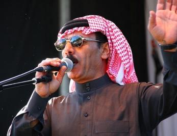 Omar Souleyman est encore en vadrouille dans le clip de «Bahdeni Nami»