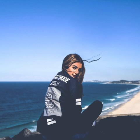 Vanessa Elisha dévoile le clip vidéo de «Out Of Time» produit par XXYYXX