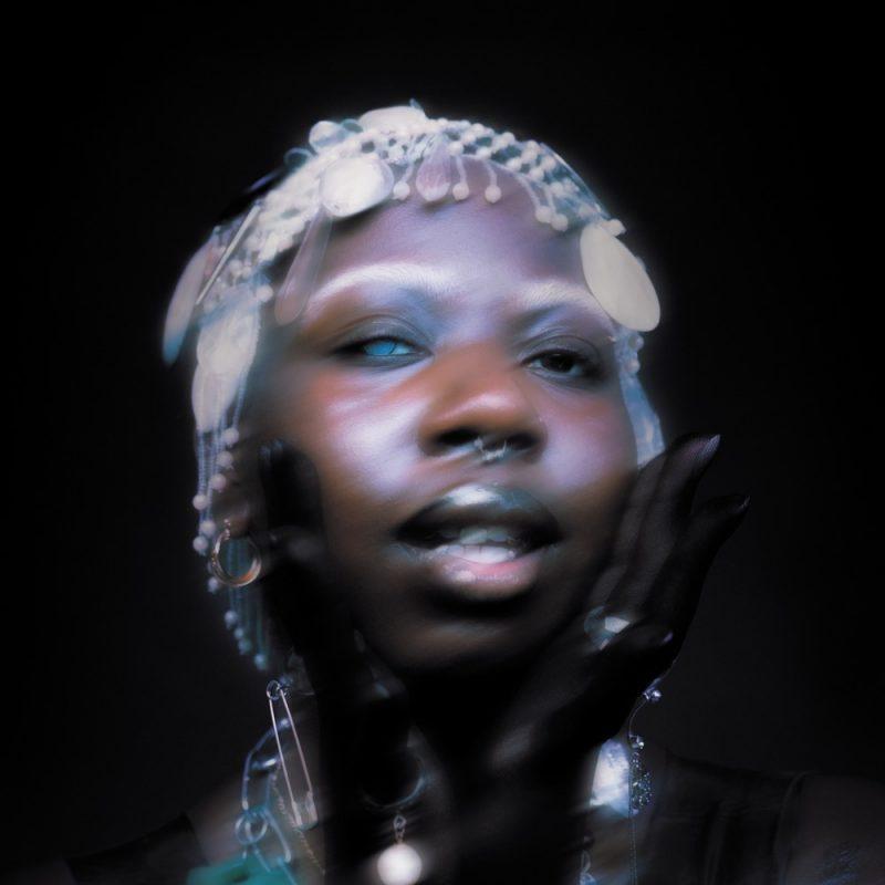 Joviale nous présente son titre «Glass peach» à travers un clip en noir et blanc