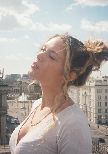 Ambiance Rooftop autrichienne avec la talentueuse Eli Preiss et son nouveau clip «Aba Warum»