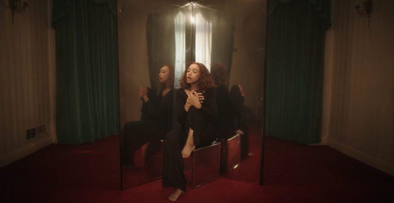 JONES nous accueille à domicile dans son clip «Around» accompagnée de Nardeydey