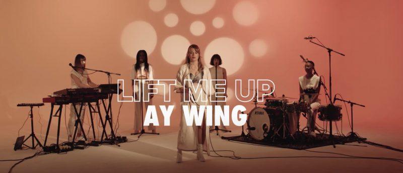 Découvrez l'incroyable live musique nommé «Lift me Up» de Ay Wing accompagné de 23 femmes artistes