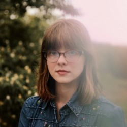 Liz Moss nous offre un moment de Pop-Folk avec «Smoke Alarms»