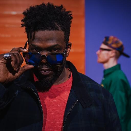 Une histoire de «Téléphone» avec le  clip UK Pop- Rap de JJV/ZUU